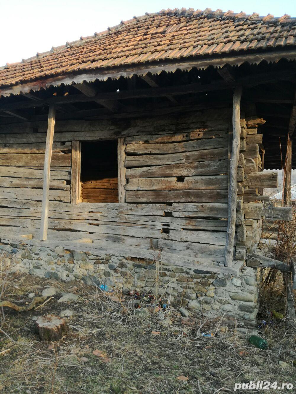 Casa veche din lemn masiv