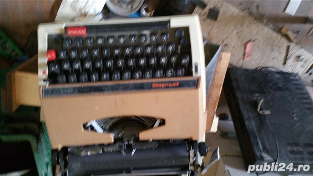 Vand masina de scris manuala.