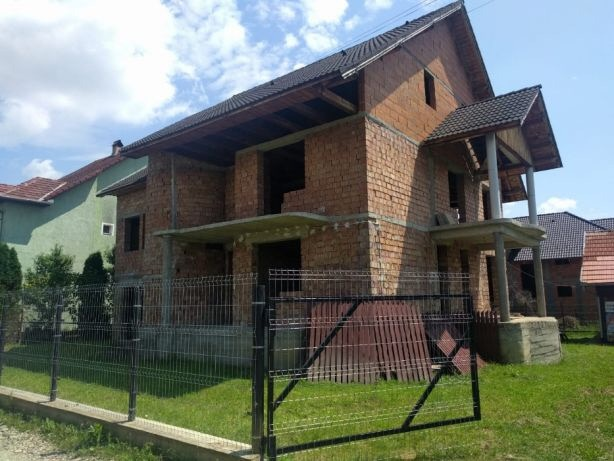 Casa rosu de vanzare (spatele Lamei) - potential de investitie