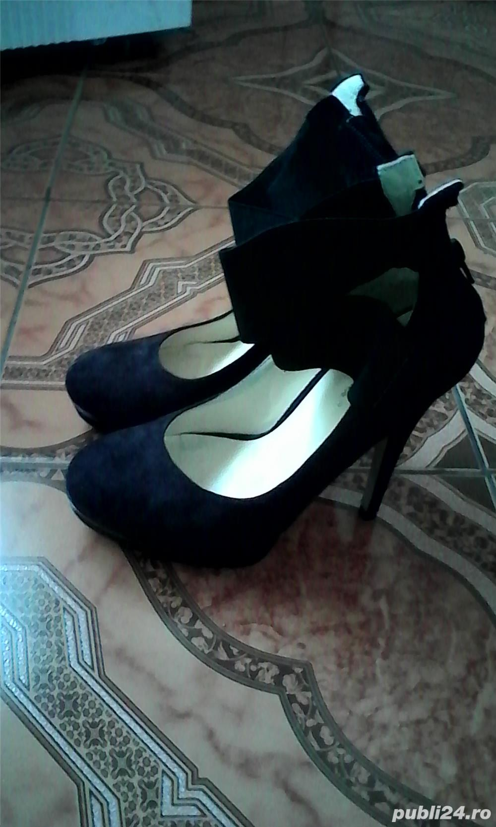 Vand pantofi de dama.