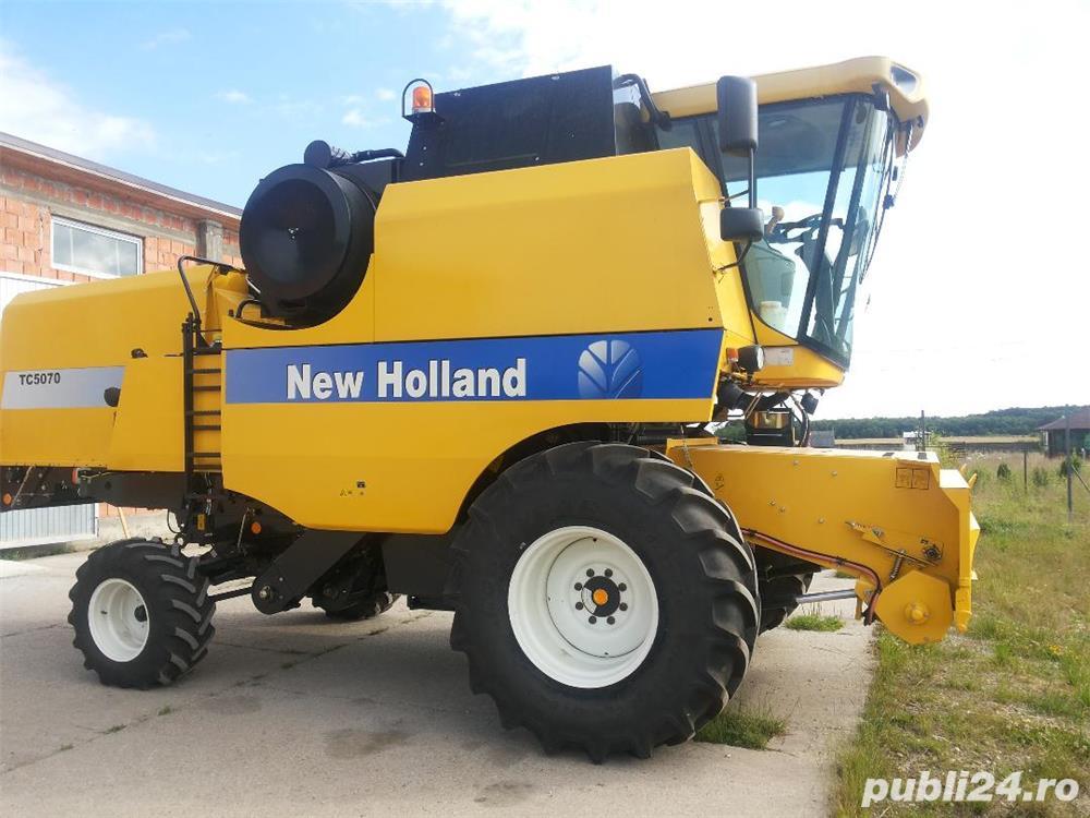 Vând COMBINA NEW HOLLAND TC 5070, cu heder de păioase.