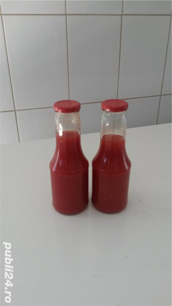 Vand suc de rosii , rosii decojite in suc de rosii.
