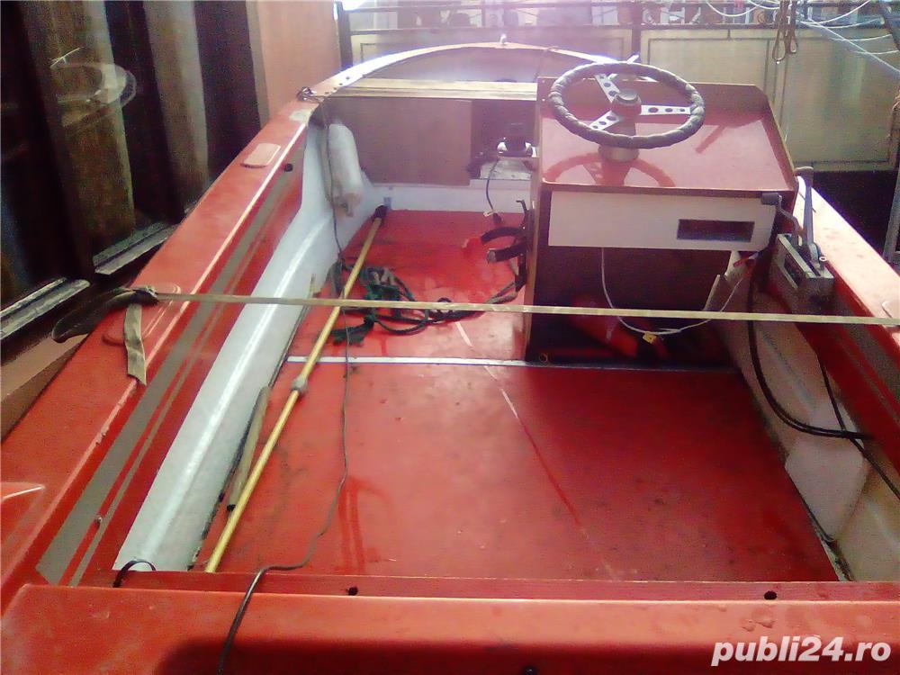 Vând barcă cu motor și trailer