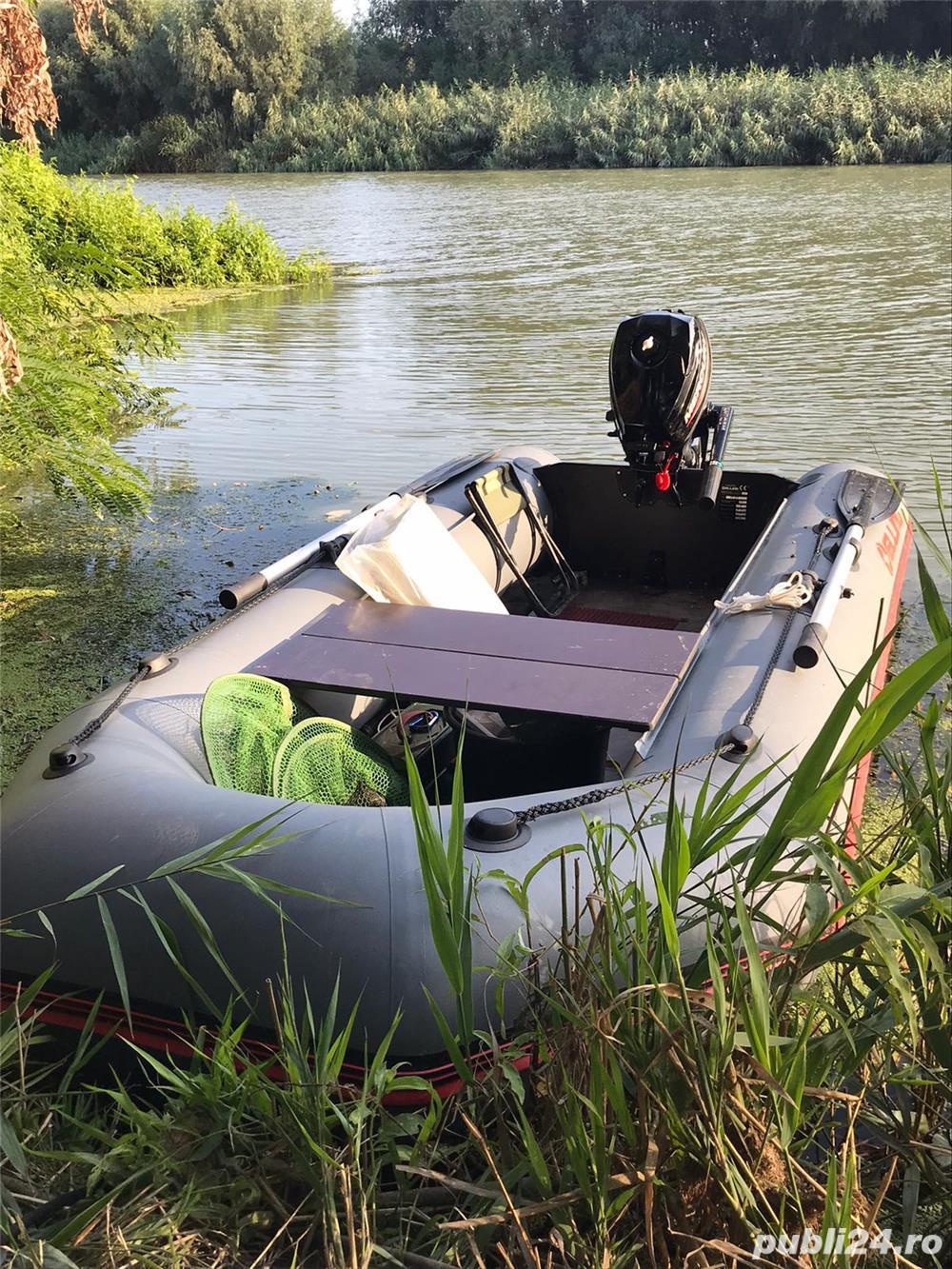 vand barca pneumatica  + motor Mercury 2,5 cp  , utilizate 5 ore , pret 6300 lei negociabil