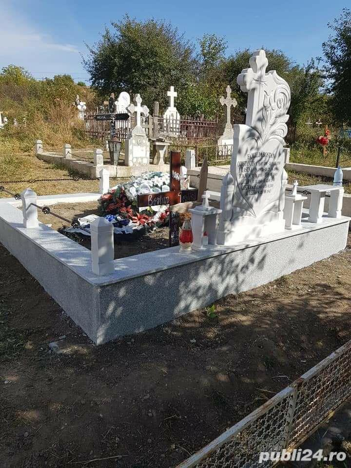 Cruci de marmura, granit și mozaic, morminte, cavouri, felinare, măsuțe si stâlpișori