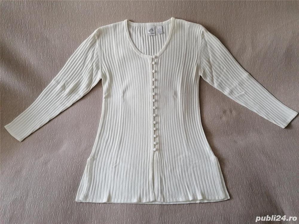 Vand bluza si pulover,ambele de dama,noi,nepurtate,made in Hong Kong!