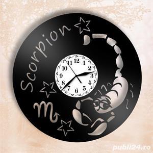 Ceas de perete din vinil cu zodia Scorpion - imagine 2
