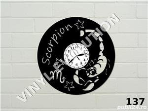 Ceas de perete din vinil cu zodia Scorpion - imagine 1