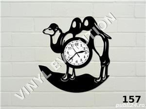 Ceas de perete din vinil cu camila - imagine 1