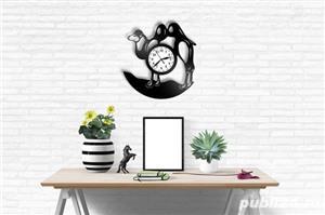 Ceas de perete din vinil cu camila - imagine 2