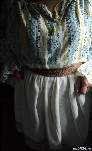 VINTAGE costum popular foarte vechi (are peste 110 ani). Este curat si foarte bine păstrat - imagine 2