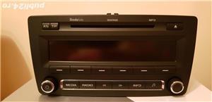 Vind Radio Cd original Skoda Octavia.In ecran se vad mâinile si telefonul,nu are nici un defect. - imagine 1