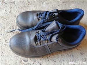 Bocanci și pantofi de lucru - imagine 1
