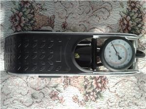 Pompa auto de picior cu cilindru si manometru - imagine 3