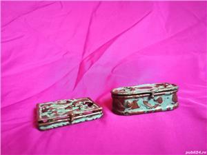 Mini-set vechi din alama ce contine oglinda si cutie de bijuterii - imagine 7