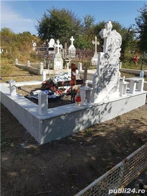 Cruci de marmura, granit și mozaic, morminte, cavouri, felinare, măsuțe si stâlpișori  - imagine 1