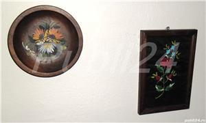 Tablou flori brodate și farfurie decorativă lemn - imagine 1
